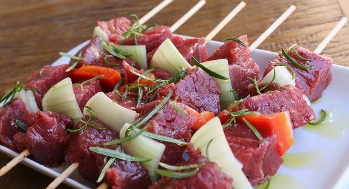fazer espetinho de carne
