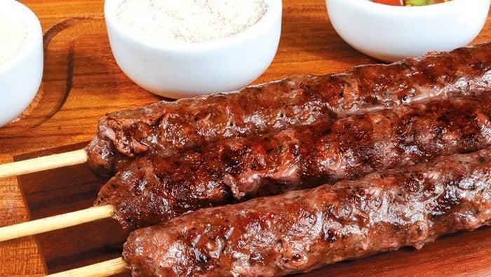 como fazer espetinho de carne moída