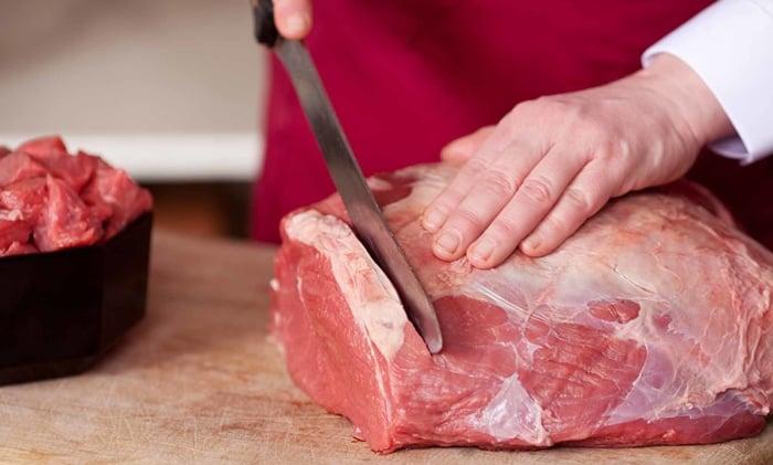 como cortar carne para espetinho