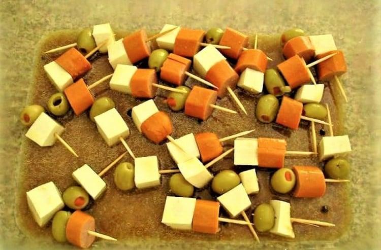 espetinho de salsicha, queijo e azeitona