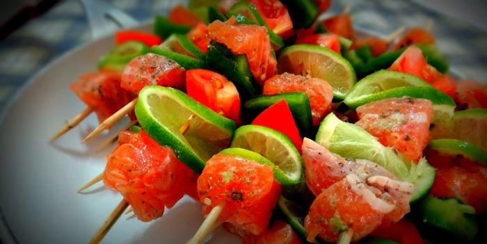 Montar os espetinho de salmão intercalando vegetais é um diferencial no sabor do prato.