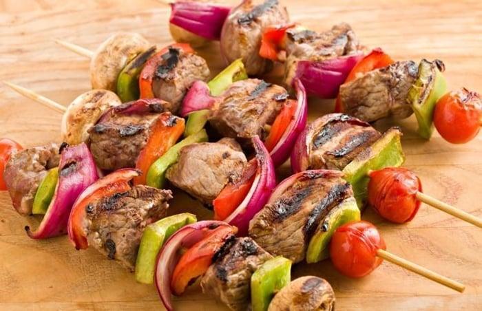 espetinho de carne com legumes