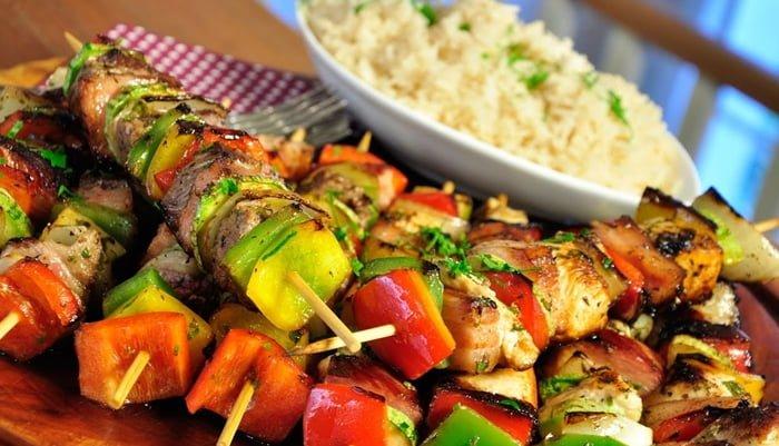 receita de espetinho de legumes e carne