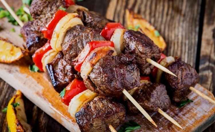 espetinho de carne com pimentão e cebola marinada